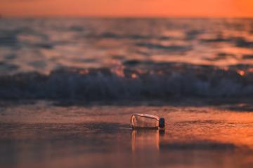 plastic pe plajă